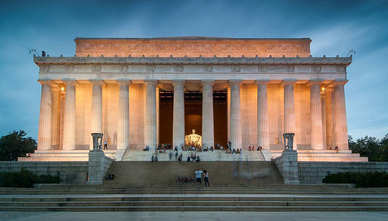 pixels-sh_visitors-to-the-lincoln-memorial-at-night_mydccool-via-crowdriff